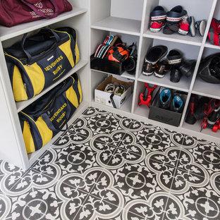 Ispirazione per un'ampia lavanderia multiuso minimal con ante in stile shaker, ante grigie, pavimento con piastrelle in ceramica, lavatrice e asciugatrice affiancate, lavello a vasca singola, top in laminato, pareti grigie, pavimento giallo e top grigio