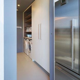 Idéer för ett mellanstort modernt vit parallellt grovkök, med en dubbel diskho, släta luckor, vita skåp, bänkskiva i koppar, blå väggar, en tvättmaskin och torktumlare bredvid varandra och beiget golv