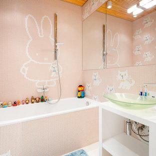 На фото: детские ванные комнаты в современном стиле с ванной в нише, душем над ванной, разноцветной плиткой, плиткой мозаикой, розовыми стенами и настольной раковиной