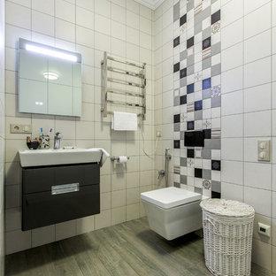 Новые идеи обустройства дома: ванная комната в современном стиле с плоскими фасадами, черными фасадами, инсталляцией, белой плиткой, душевой кабиной и подвесной раковиной