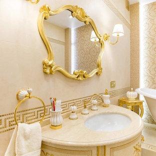 Esempio di una grande stanza da bagno padronale classica con vasca con piedi a zampa di leone, piastrelle beige, piastrelle a mosaico, pareti beige, lavabo a consolle, top in marmo, pavimento beige e top beige
