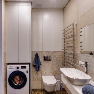 Неиссякаемый источник вдохновения для домашнего уюта: ванная комната среднего размера в современном стиле с инсталляцией, бежевой плиткой, керамогранитной плиткой, душевой кабиной, настольной раковиной, коричневым полом, белой столешницей, стиральной машиной, подвесной тумбой и тумбой под одну раковину