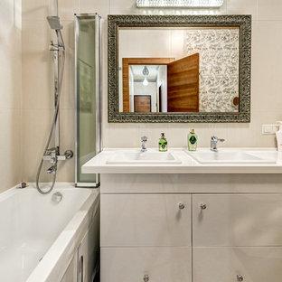 Свежая идея для дизайна: маленькая главная ванная комната в современном стиле с плоскими фасадами, серыми фасадами, ванной в нише, душем над ванной, бежевой плиткой, накладной раковиной и душем с раздвижными дверями - отличное фото интерьера