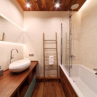 Mittelgroßes Modernes Badezimmer En Suite mit beiger Wandfarbe, Waschtisch aus Holz, Aufsatzwaschbecken, flächenbündigen Schrankfronten, türkisfarbenen Schränken, Badewanne in Nische, gebeiztem Holzboden und braunem Boden in Jekaterinburg