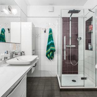 Идея дизайна: ванная комната в современном стиле с плоскими фасадами, белыми фасадами, угловым душем, белой плиткой, коричневой плиткой, белыми стенами, душевой кабиной, настольной раковиной, писсуаром и душем с распашными дверями