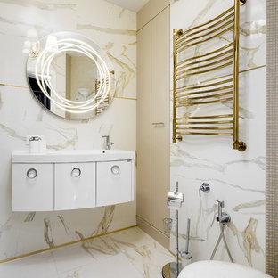 Пример оригинального дизайна: большая ванная комната в современном стиле с плоскими фасадами, белыми фасадами, белой плиткой, керамической плиткой, бежевыми стенами, полом из керамогранита, белым полом, белой столешницей, раздельным унитазом и монолитной раковиной