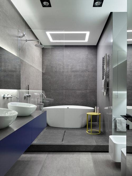 Salle de bain avec des portes de placard bleues et un wc for Placard suspendu salle de bain