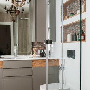 На фото: ванная комната в современном стиле с плоскими фасадами, серыми фасадами, инсталляцией, белыми стенами, душевой кабиной, врезной раковиной, бежевым полом, белой столешницей и полом из керамогранита с