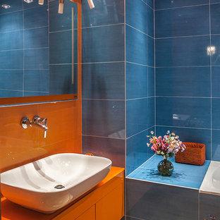 Modelo de cuarto de baño contemporáneo con baldosas y/o azulejos azules, baldosas y/o azulejos naranja y lavabo sobreencimera