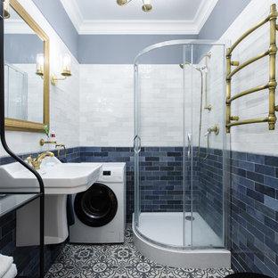 Новый формат декора квартиры: ванная комната в скандинавском стиле с открытыми фасадами, угловым душем, раздельным унитазом, синей плиткой, белой плиткой, серыми стенами, душевой кабиной, подвесной раковиной, разноцветным полом и душем с распашными дверями