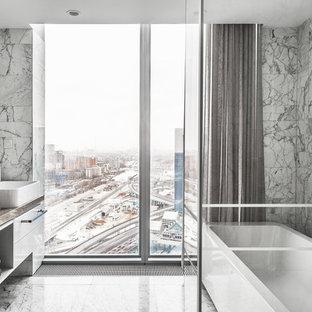 Идея дизайна: главная ванная комната среднего размера в современном стиле с отдельно стоящей ванной, угловым душем, мраморной плиткой, мраморным полом, белым полом, душем с распашными дверями, плоскими фасадами, белыми фасадами, серой плиткой и настольной раковиной