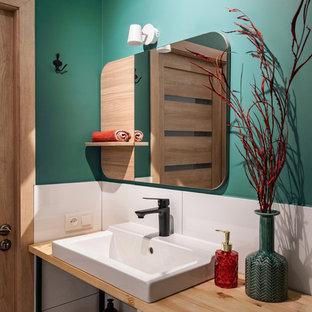 Идея дизайна: ванная комната в современном стиле с открытыми фасадами, белой плиткой, зелеными стенами и настольной раковиной