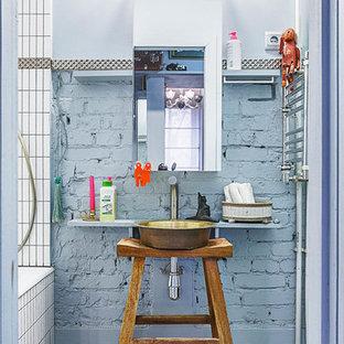 Foto de cuarto de baño ecléctico, pequeño, con armarios tipo mueble, combinación de ducha y bañera, baldosas y/o azulejos blancos y lavabo sobreencimera
