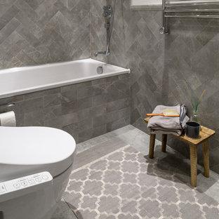 Ispirazione per una stanza da bagno padronale stile marino di medie dimensioni con ante a persiana, ante in legno bruno, vasca ad alcova, WC monopezzo, piastrelle grigie, piastrelle a listelli, pareti bianche, pavimento in cemento, lavabo da incasso e pavimento grigio