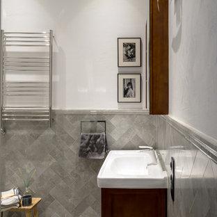 Foto di una stanza da bagno padronale costiera di medie dimensioni con ante a persiana, ante in legno bruno, vasca ad alcova, WC monopezzo, piastrelle grigie, piastrelle a listelli, pareti bianche, pavimento in cemento, lavabo da incasso e pavimento grigio