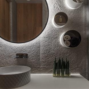 На фото: со средним бюджетом ванные комнаты среднего размера в современном стиле с плоскими фасадами, белыми фасадами, бежевой плиткой, керамогранитной плиткой, настольной раковиной и столешницей из искусственного кварца