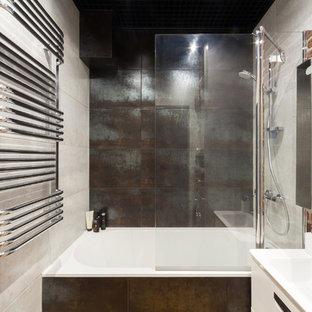 Свежая идея для дизайна: главная ванная комната в стиле лофт с плоскими фасадами, белыми фасадами, ванной в нише, душем над ванной, коричневой плиткой, серой плиткой, монолитной раковиной и открытым душем - отличное фото интерьера