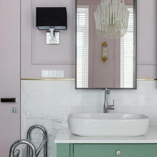 Неиссякаемый источник вдохновения для домашнего уюта: ванная комната среднего размера в современном стиле с фасадами островного типа, зелеными фасадами, серой плиткой, белой плиткой, фиолетовыми стенами, душевой кабиной, настольной раковиной, белой столешницей и встроенной тумбой