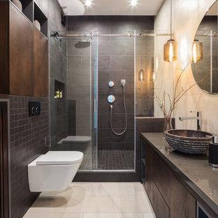 Свежая идея для дизайна: маленькая ванная комната в современном стиле с плоскими фасадами, темными деревянными фасадами, черной плиткой, керамогранитной плиткой, бежевыми стенами, полом из керамической плитки, душевой кабиной, настольной раковиной, столешницей из искусственного камня, бежевым полом, душем с раздвижными дверями, душем в нише, серой столешницей и инсталляцией - отличное фото интерьера