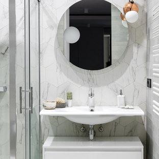Свежая идея для дизайна: ванная комната в современном стиле с плоскими фасадами, белыми фасадами, душевой кабиной, подвесной раковиной, белым полом, душем с раздвижными дверями, душем в нише, серой плиткой, белой плиткой, мраморной плиткой, серыми стенами и белой столешницей - отличное фото интерьера