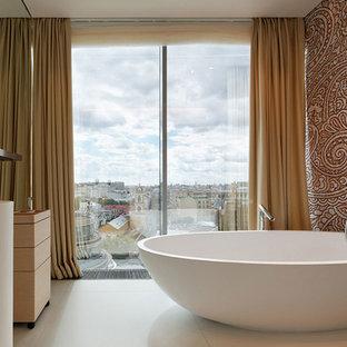 На фото: главная ванная комната среднего размера в современном стиле с отдельно стоящей ванной, коричневыми стенами, раковиной с пьедесталом и белым полом с