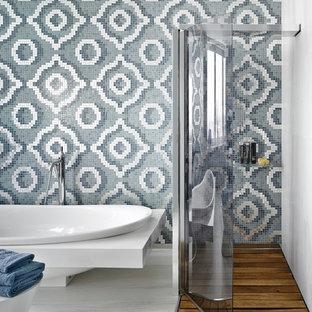На фото: главные ванные комнаты в современном стиле с отдельно стоящей ванной, душем с распашными дверями, душем без бортиков, серой плиткой, плиткой мозаикой и белыми стенами