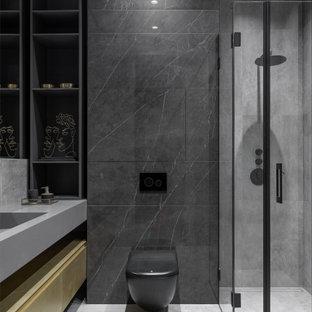 Inspiration för ett funkis badrum med dusch, med släta luckor, gula skåp, svart kakel, ett integrerad handfat och grått golv