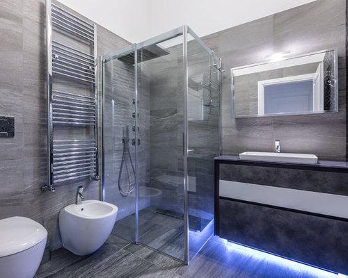 Stanza da bagno con pavimento in gres porcellanato e piastrelle
