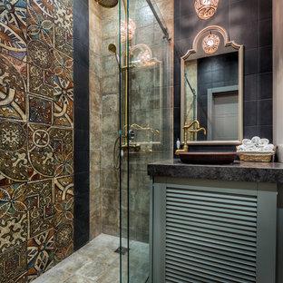 Стильный дизайн: ванная комната в стиле фьюжн с фасадами с филенкой типа жалюзи, серыми фасадами, разноцветной плиткой, душевой кабиной, настольной раковиной, серым полом и черной столешницей - последний тренд