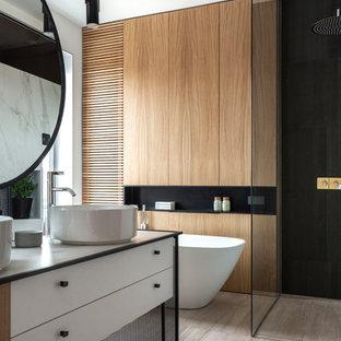 Стильный дизайн: главная ванная комната в современном стиле с плоскими фасадами, белыми фасадами, настольной раковиной, бежевым полом, белой столешницей и правильным освещением - последний тренд