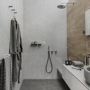 Новый формат декора квартиры: ванная комната в стиле лофт с плоскими фасадами, белыми фасадами, душем без бортиков, коричневой плиткой, серыми стенами, душевой кабиной, настольной раковиной и открытым душем