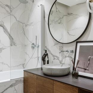 Пример оригинального дизайна: ванная комната в современном стиле с плоскими фасадами, фасадами цвета дерева среднего тона, белой плиткой, душевой кабиной, врезной раковиной, серой столешницей, тумбой под одну раковину, подвесной тумбой и фартуком