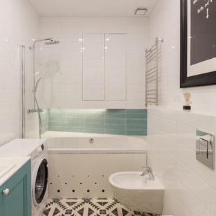 Стильный дизайн: маленькая главная ванная комната в современном стиле с бирюзовыми фасадами, душем над ванной, биде, белой плиткой, полом из цементной плитки, накладной раковиной, столешницей из искусственного камня, разноцветным полом, фасадами с утопленной филенкой, ванной в нише, керамической плиткой и белой столешницей - последний тренд