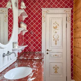 Свежая идея для дизайна: ванная комната в стиле кантри с красной плиткой, коричневыми стенами, паркетным полом среднего тона, врезной раковиной, коричневым полом и красной столешницей - отличное фото интерьера