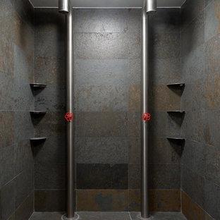 Modelo de cuarto de baño actual con baldosas y/o azulejos grises, baldosas y/o azulejos de pizarra, suelo de pizarra, suelo gris, ducha abierta y ducha doble
