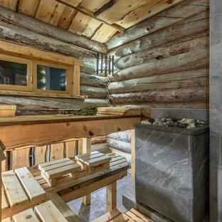 Ejemplo de sauna rural con baldosas y/o azulejos grises, paredes marrones y suelo gris