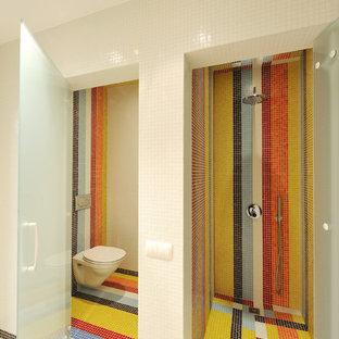 Imagen de cuarto de baño con ducha, actual, pequeño, con ducha a ras de suelo, sanitario de pared, baldosas y/o azulejos naranja, baldosas y/o azulejos en mosaico, parades naranjas, suelo con mosaicos de baldosas y lavabo tipo consola