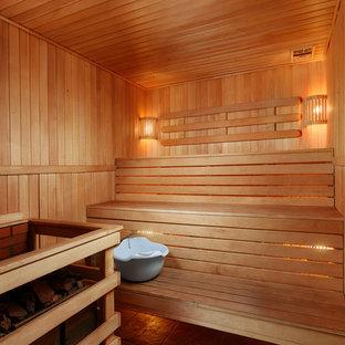 Свежая идея для дизайна: маленькая баня и сауна в стиле кантри с коричневыми стенами - отличное фото интерьера