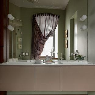 Свежая идея для дизайна: ванная комната в современном стиле с плоскими фасадами, зелеными стенами, белым полом, белой столешницей, коричневыми фасадами и монолитной раковиной - отличное фото интерьера