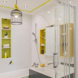 Неиссякаемый источник вдохновения для домашнего уюта: главная ванная комната в скандинавском стиле с плоскими фасадами, серыми фасадами, ванной в нише, белой плиткой, монолитной раковиной и душем с раздвижными дверями