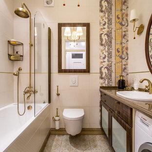 На фото: главная ванная комната среднего размера в стиле фьюжн с плоскими фасадами, темными деревянными фасадами, душем над ванной, инсталляцией, бежевой плиткой, коричневой плиткой, накладной раковиной, бежевыми стенами и полом из керамической плитки с