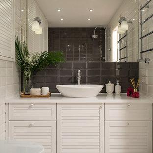 Стильный дизайн: главная ванная комната в стиле современная классика с фасадами с филенкой типа жалюзи, белыми фасадами, белой плиткой, коричневой плиткой, серой плиткой, плиткой кабанчик, настольной раковиной и белым полом - последний тренд