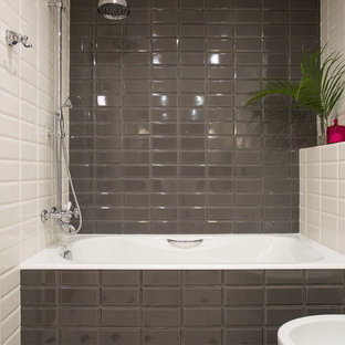 Удачное сочетание для дизайна помещения: ванная комната в стиле современная классика с душем в нише, белой плиткой, коричневой плиткой, серой плиткой и плиткой кабанчик - самое интересное для вас