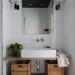 Свежая идея для дизайна: ванная комната в современном стиле с открытыми фасадами, белой плиткой, настольной раковиной, черным полом и бежевой столешницей - отличное фото интерьера