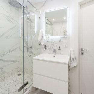 Свежая идея для дизайна: маленькая ванная комната в современном стиле с угловым душем, плоскими фасадами, белыми фасадами, белой плиткой, душевой кабиной, монолитной раковиной и белым полом - отличное фото интерьера