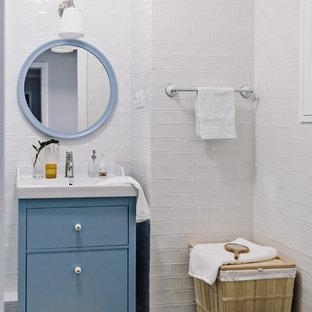 Свежая идея для дизайна: маленькая ванная комната в скандинавском стиле с плоскими фасадами, синими фасадами, инсталляцией, белой плиткой, керамической плиткой, полом из керамической плитки, синим полом и монолитной раковиной - отличное фото интерьера