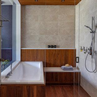 Пример оригинального дизайна: ванная комната в современном стиле с коричневым полом
