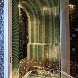 Imagen de sauna asiática con baldosas y/o azulejos verdes, baldosas y/o azulejos marrones, baldosas y/o azulejos en mosaico, suelo con mosaicos de baldosas y suelo multicolor