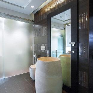 Новые идеи обустройства дома: ванная комната в современном стиле с коричневой плиткой, металлической плиткой, коричневыми стенами, раковиной с пьедесталом и серым полом