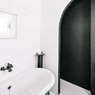 Ejemplo de cuarto de baño principal, actual, con bañera con patas, ducha esquinera, paredes blancas, suelo blanco y ducha abierta